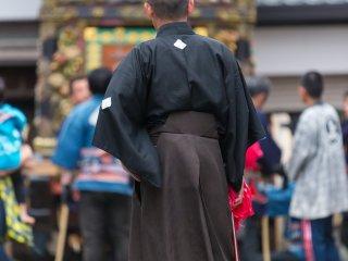 Un festivalier prend une pause pour regarder la lutte