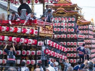 Des milliers de lanternes sont accrochées sur les chars