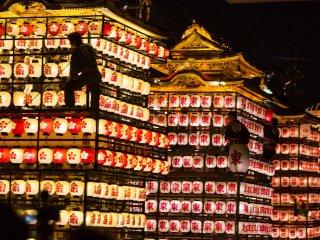 Les chars recouverts de lanternes donnent une nouvelle image au défilé