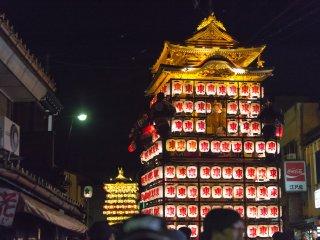 Les chars recouverts de lanternes défilent à travers la foule
