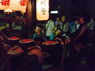 Les festivaliers tirent les chars pour les faire monter vers un sanctuaire local