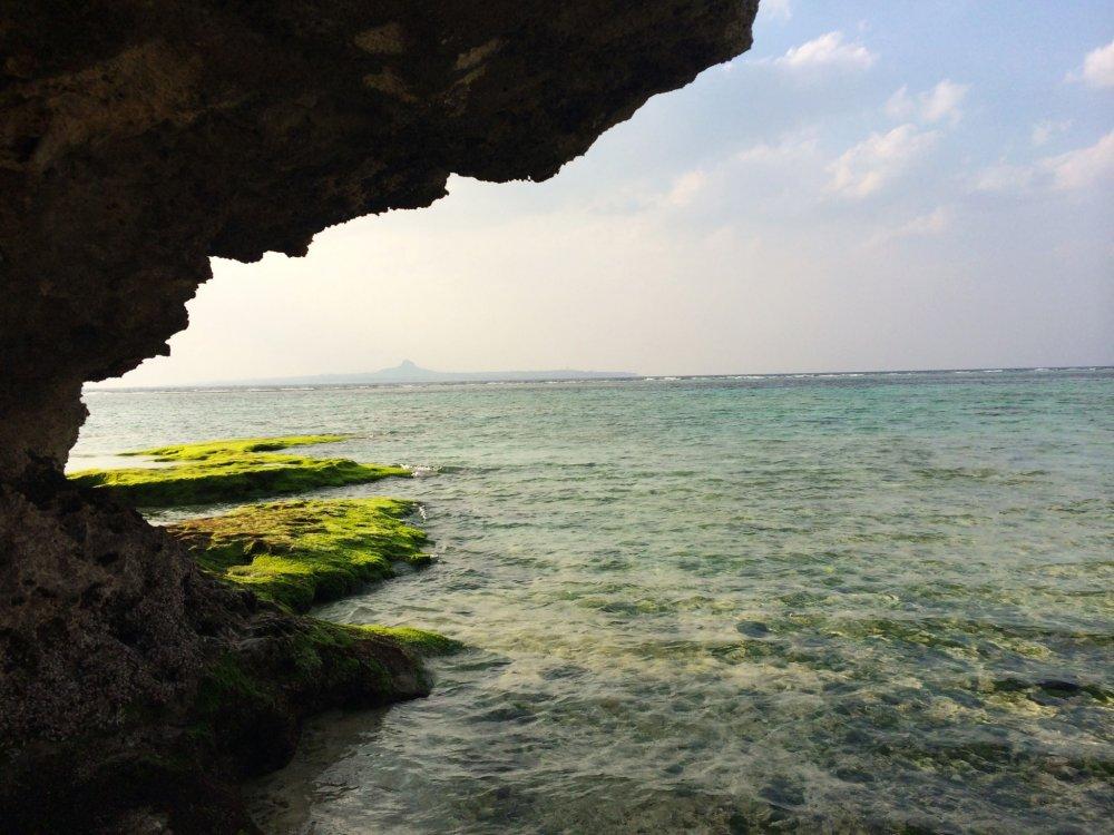 Visita à Praia Esmeralda depois da idaao aquário mundialmente famoso de Okinawa