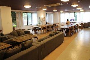 Le salon / salle-à-manger, où se retrouvent la plupart des résidents