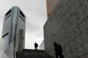 Deux salarymen perdus dans la jungle urbaine de Shiodome, un samedi après-midi