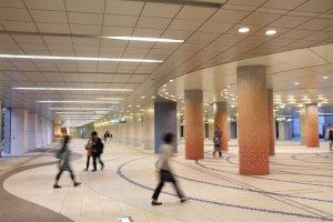 Exemple de photo jouant avec le mouvement des passants, aux alentours de la gare de Shiodome