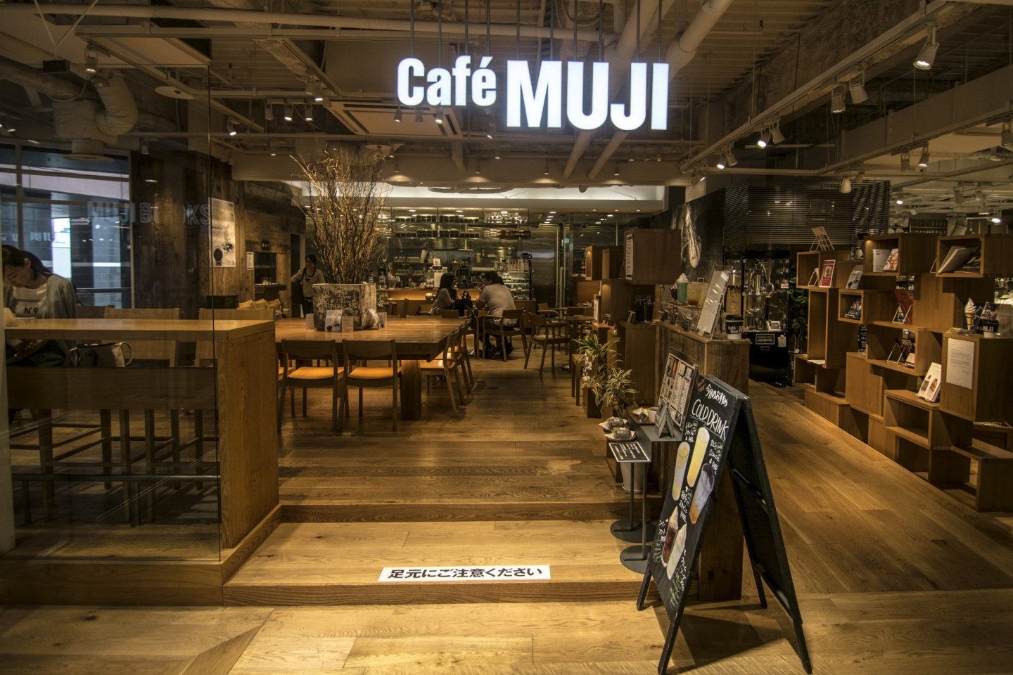 Visitors from the entire Kyushu Region, as well as the nearby Chugoku Region flock here to visit the one and onlyCafé & Meal MUJI (Canal City Fukuoka) in Fukuoka and Kyushu.