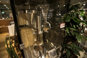 I found this interesting coffee brewing contraption inCafé & Meal MUJI (Canal City Fukuoka), which is always on and roasting coffee beans. You can get a fresh packet from the machine for only ¥100.