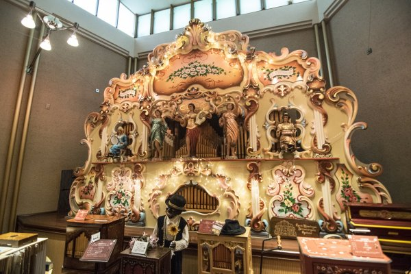 The biggest orgel, and the star attraction of the Hamanako Orgel Museum, this 6-meter tall instrument sounds like a one-machine orchestra. Furthermore, the individual figures on the orgel move along to the music as well.