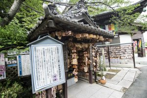 A small Enmusubi Jizo shrine right next to Kanzanji Temple. It is extremely popular with visitors.