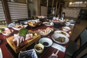 Dîner à Fukuma-kanvous permet de déguster les fruits de mer frais du jour, préparés dans différents styles culinaires.