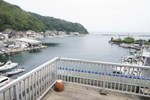 Sans parler de l'incroyablepanorama sur le port Mihonoseki depuis le balcon adjacent.
