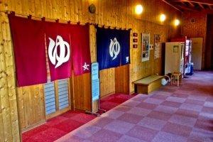Presque tous les onsen disposent de vestiaires et de bains pour hommes (tenture bleu) et pour femmes (tenture rouge)..