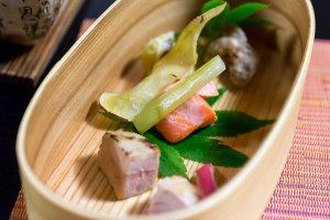 La cuisine japonaise rencontre l'occidentale avec du saumon fumé, du boeuf d'Hida, du foie gras et des légumes frais locaux