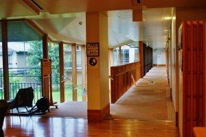 Les couloirs très aérés donnent sur une cour intérieure