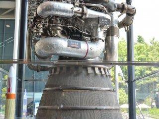 在入館前你會看到這個太空船的火箭推進器