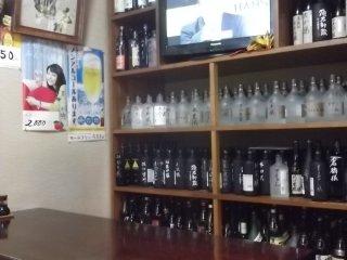 Декор состоит преимущественно из бутылок...