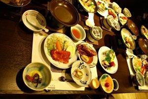 อาหารชุดไคเซกิที่เสริฟมาเต็มโต๊ะ น่ากินมากๆ