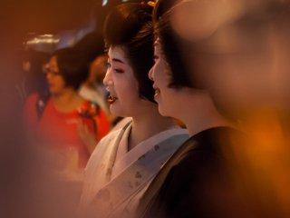 Dégustation de bière avec des maiko et des geisha