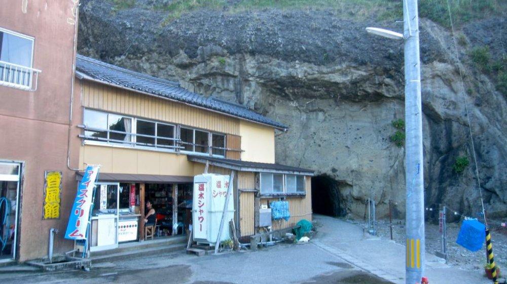 Lối vào hang động đến vách đá Kakuda gần Minshuku