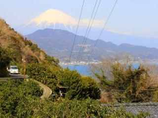 Ao subirmos em altitude, cruzámo-nos com esta maravilhosa vista do Monte Fuji, contemplando a Baía de Suruga