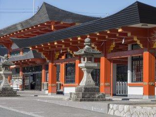 Слева от пруда есть дорожка, ведущая к внутреннему храму, а также холлу Narita Mountain Fudou - главному офису и месту для мемориалов, молитв и т.д.