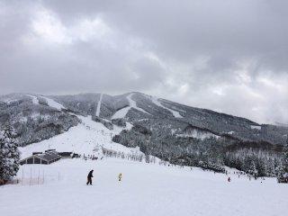 Aproveitando a densa neve de Fukui, visitantes vêm de longe para ir às encostas no Katsuyama Ski Jam, a maior e mais popular estância de esqui da prefeitura