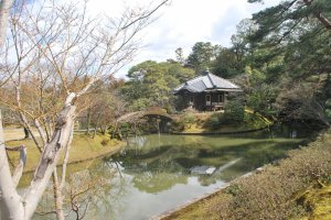 Vue sur l'étang et le bâtiment Onrin-do