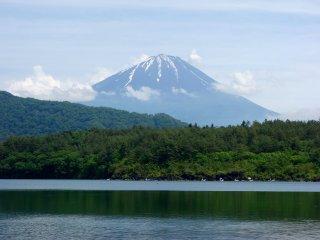 Облака расступились и открыли гору Фудзи, дует небольшой ветерок, и поверхность озера выглядит спокойной
