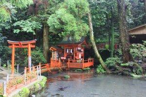 A l'extérieur un étang avec des poissons et un petit sanctuaire
