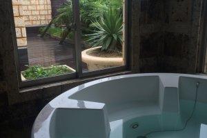 La suite (16 000¥ pour un séjour de 22h à 11h), équipée de ce superbe bain intérieur, avec un écran plat de tv géant. Vous souhaitez profiter de la terrasse ? On y trouve également un bain, à gauche de la fenêtre (Préfecture de Fukushima)