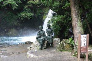 La statue de la danseuse et de son ami devant la cascade Shokei-daru