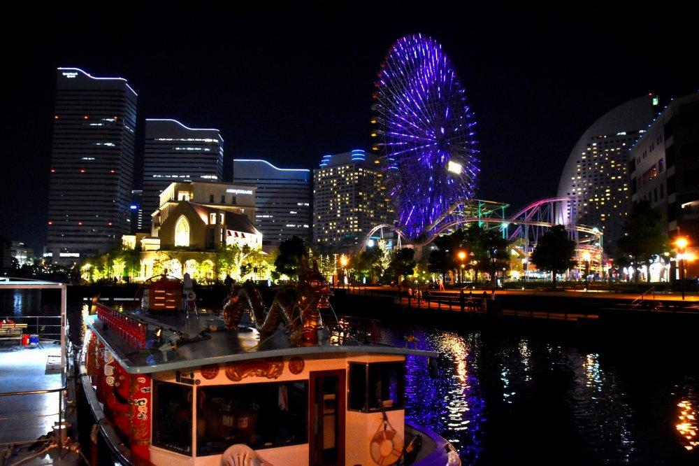 横浜港のドラゴンボートとコスモクロック21