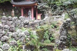 Otagi Nenbutsu-ji has an atmospheric setting