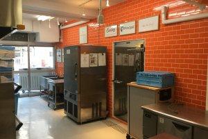 A l'intérieur de la Cuisine Centrale. Les briques orange clair donnent au lieu une atmosphère joyeuse tandis que l'on prépare les repas