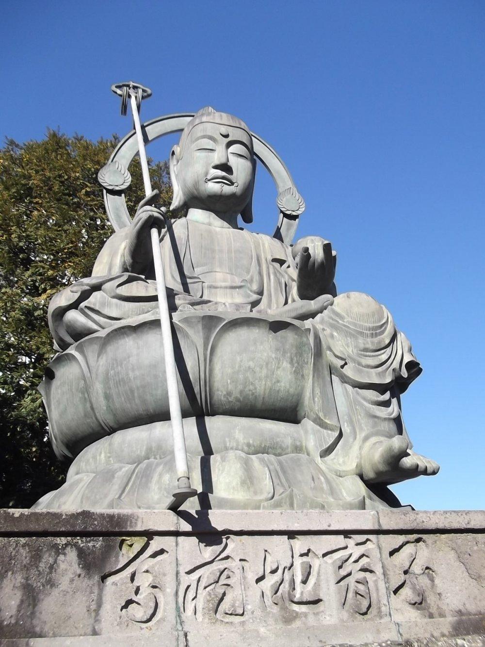 The large, serene Buddhist statue