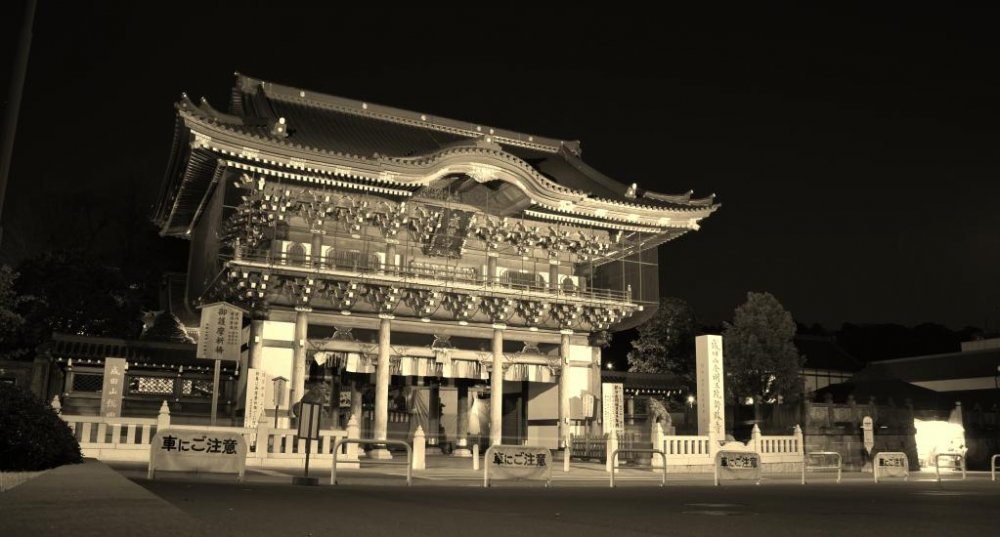 The gate to the Naritasan temple at night