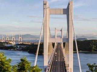 鷲羽山の小道からは、様々な角度の瀬戸大橋が眺められる