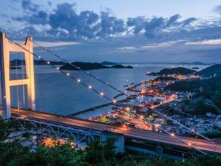 日の落ちた頃の下津井の漁港と瀬戸大橋