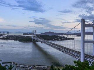 違った美しさを見せる夕暮れ時の橋