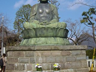 Different view of the statue of Buddha at Gokokuji Temple