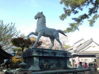 오카자키 성 아래, 신전 밖에 있던 말 동상