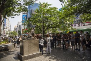 Crowds waiting to take selfies with Hachiko.