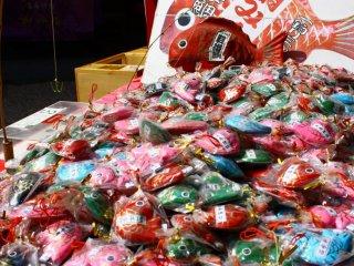 Une foule de kiosques au coeur du sanctuaire vend des portes bonheur et autres talismans religieux. Vous pouvez tenter votre chance à la pêche en essayant d'attraper l'un de ces poissons en papier mâché, ils contiennent tous un papier indiquant votre bonne fortune