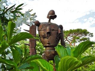 """Из """"Небесный замок Лапута"""", робот солдат Лапута охраняет музей с крыши, которая доступна из наружной винтовой лестницы"""