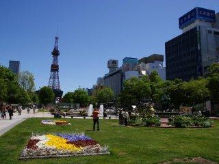 Chaude journée d'été au parc Odori