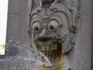 Un démon sur la fontaine