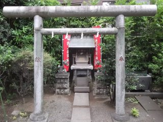 A little side shrine near the gate