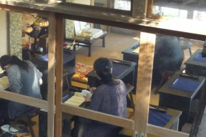 At Hase Temple, you can take the opportunity to trace a picture of a Buddhist statue, or write Buddhist chants in Chinese kanji characters, while sitting on a cushion on a tatami mat.