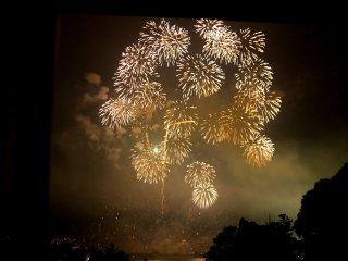 ดอกไม้ไฟชุดสุดท้ายระเบิดขึ้นเต็มท้องฟ้า และไม่ต้องสงสัยเลยว่าจะเป็นการจบที่น่าประทับใจ