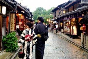 Senhoras de quimono e leques desdobráveis dão cor às bancas do mercado
